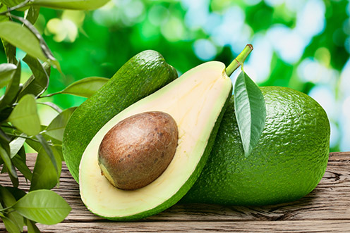 Plody avokáda na drevenom stole