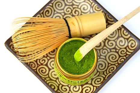 Čaj matcha s bambusovou metličkou chasen